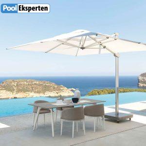 Bord og stole med parasol stemningsbillede