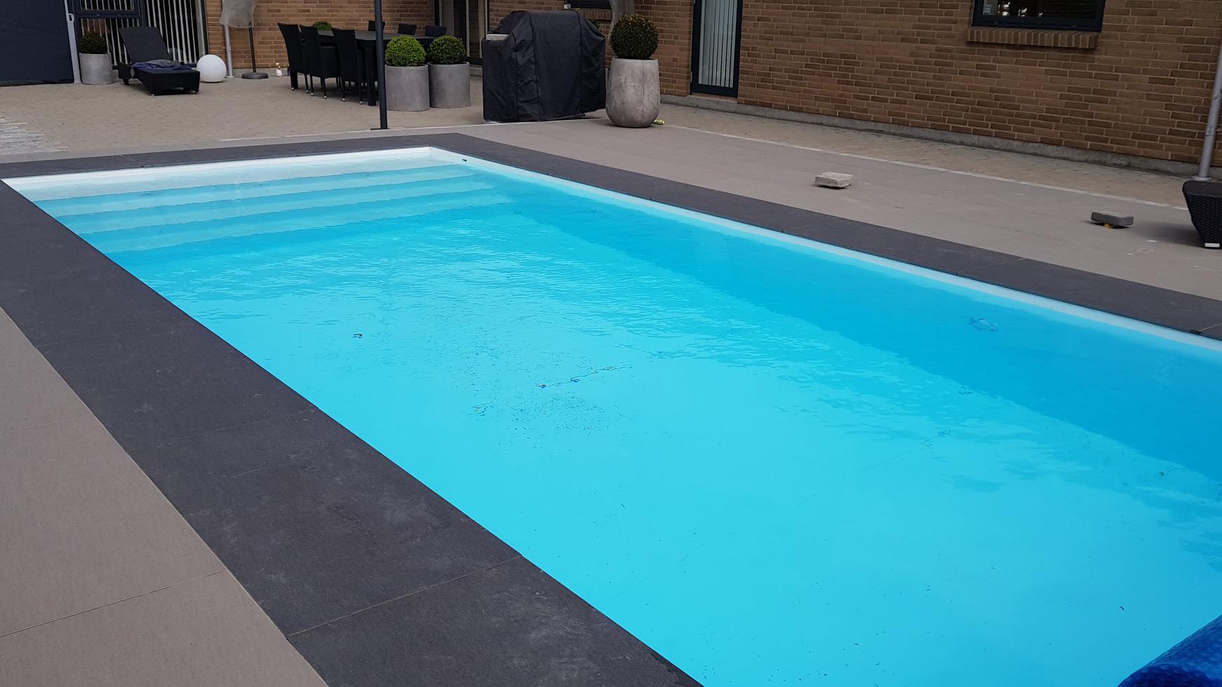 Keramiske kantfliser ved swimmingpool