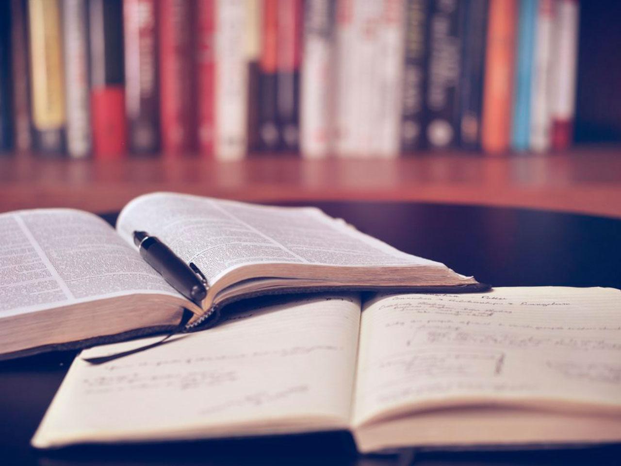 Bøger med bogreol som baggrund