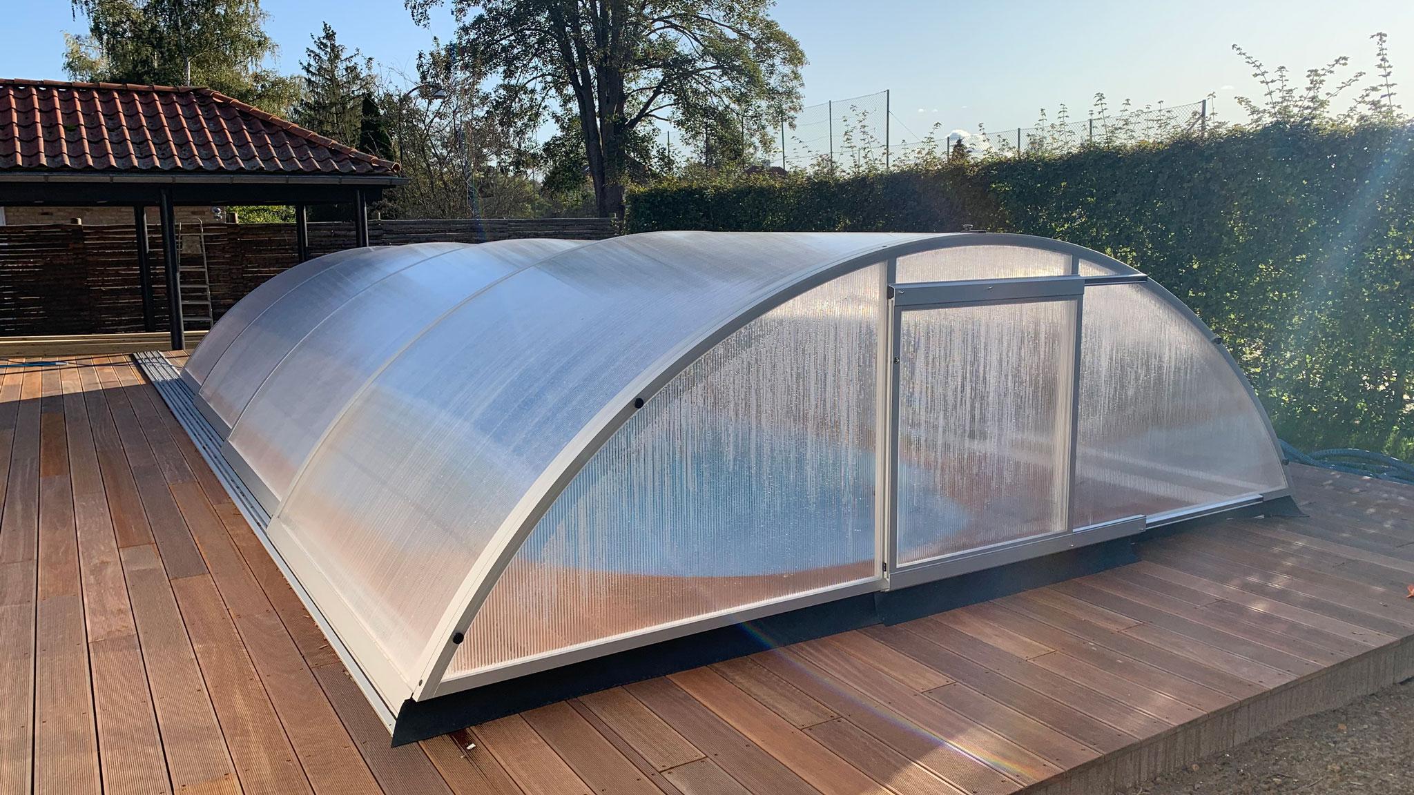 Overdækning med buet pooltag til glasfiber pool