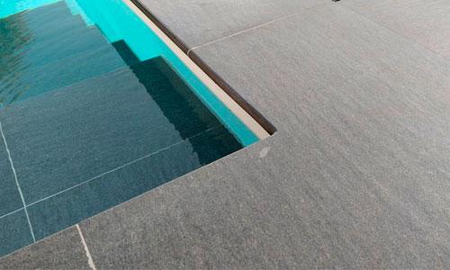 Keramisk kantflise Maranello er en eksklusiv kant- og terrasseflise til swimmingpools